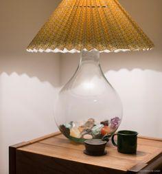 Ideia linda! Uma garrafão de vidro com pedras e cristais dentro. Mais em www.historiasdecasa.com.br #todacasatemumahistoria #cristais #decor