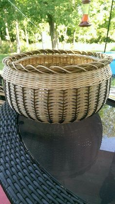 Resembles a pine needle basket in a cool way Paper Weaving, Hand Weaving, Rattan Basket, Wicker, Basket Weaving Patterns, Old Baskets, Pine Needle Baskets, Bamboo Crafts, Weaving Projects