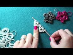 Rainbow Loom Band Flower Charm - New Loomless Design, Tutorial. Just a crochet hook and loom bands are needed to make this beautiful flower charm. Learn how to make it with Kim from Made By Mommy, and add it to your Christmas Tree or give it as a gift. Rainbow Loom Easy, Rainbow Loom Tutorials, Rainbow Loom Patterns, Rainbow Loom Creations, Rainbow Loom Bands, Rainbow Loom Disney, Loom Band Charms, Rubber Band Charms, Loom Band Bracelets