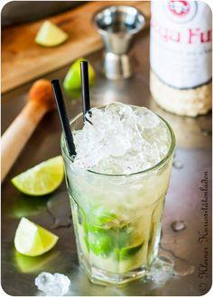 Caipirinha Caipirinha – Cocktails and Pretty Drinks Caipirinha Cocktail, Vodka Cocktails, Summer Cocktails, Alcoholic Drinks, Malibu Drinks, Bar Drinks, Cocktail Thermomix, Drink Menu, Food And Drink