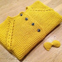 """Rillejakka med libertyknappar Og matchande sløyfe til håret Nå begynner haust garderoben og ta form Crochet Baby Dress Pattern, Baby Dress Patterns, Baby Knitting Patterns, Knit Crochet, Knitting For Kids, Crochet For Kids, Knitting Projects, Hand Knitting, Knitted Baby Clothes"