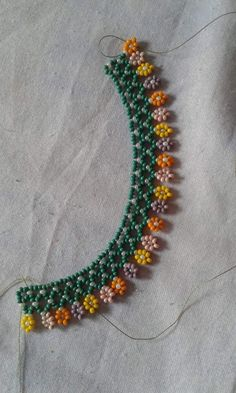 Beaded necklace with flowers Beading Tutorials, Beading Patterns, Beaded Anklets, Beaded Bracelets, Ankle Bracelets, Beaded Necklace Patterns, Bead Jewellery, Jewelry Necklaces, Diy Necklace