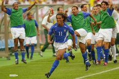 Copa de 2002 - Reservas comemoram o gol da vitória da seleção, marcado por Ronaldinho; Brasil eliminou a Inglaterra da Copa