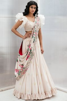Indian style - buy embroidered lehenga set by mrunalini rao at aza fashions source by azafashions Lehenga Choli Designs, Choli Blouse Design, Indian Bridal Outfits, Indian Designer Outfits, Indian Designers, Indian Lehenga, Half Saree Designs, Lehnga Dress, Indian Gowns Dresses