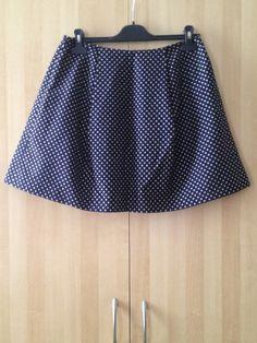 TARA JARMON. Jupe courte à plis larges. Bleue marine à pois écrus. 60% coton 40% polyester.