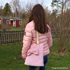 Virkad väska med läderdetaljer och rosett by BautaWitch Mönster i bloggen!