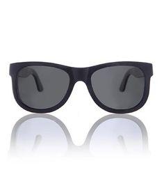Van Hout Wooden Sunglass, model Black Denver Slim. Met het klassieke montuur en de donkere kleur is de houten zonnebril black Denver Slim een stijlvolle bril. De bril is gemaakt uit gelamineerd hout wat zorgt voor een hoogwaardige kwaliteit en een uniek draagcomfort. De buitenkant van de bril is zwart en de binnenste laag is donker bruin waardoor de bril een mooie houten finish heeft - Zwart - NummerZestien.eu