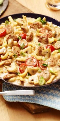 Crispy: Bratwurst-Spätzle pan- Quick and easy to prepare and delicious! What is better to prepare it for the office? The Bratwurst-Spätzle pan is always going and is guaranteed to fill you up. Have fun cooking! Easy Soup Recipes, Pasta Recipes, Healthy Dinner Recipes, Crockpot Recipes, Chicken Recipes, Pork Recipes, Summer Recipes, Healthy Food, Chicken Mozzarella Pasta