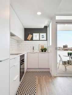 Simples, funcional e sofisticado. Tons claros e piso geométrico deixam o ambiente moderno.