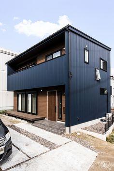 ガルバリウム鋼板に木目のサイディングをアクセントにしています。#カナルホーム#かなるほーむ#新築#マイホーム#注文住宅#自由設計#家#home#マイホーム計画#施工事例#家づくり#インテリア#ガルバリウム#木目#デザイン#一戸建て#住まい#岡崎#西尾#外観 Japan House Design, Modern House Design, Asian Architecture, Architecture Design, Tiny Container House, Beautiful Beach Houses, Modern Traditional, Japanese House, House Painting
