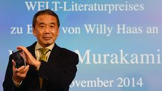 Haruki Murakami cria fundo para ajudar vítimas de terremoto no Japão  Photo: Japanese writer Haruki Murakami poses with his trophy prior to an award ceremony for the Germany's Welt Literature Prize bestowed by the German daily Die Welt, in Berlin on November 7, 2014. AFP PHOTO / JOHN MACDOUGALL ORG XMIT: JDM020