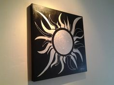 Quadro dipinto a mano raffigurante un sole stilizzato - colore nero e grigio chiaro - Tecnica: acrilico su tela di 60 x 60 cm con spessore di 3,8 cm e ...
