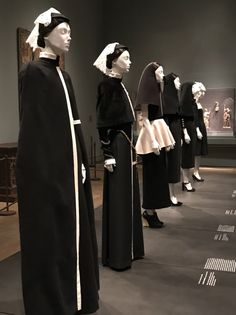 Heavenly Bodies: Fashion and the Catholic Imagination at the Met now Nun Outfit, Gold Outfit, Bodies Exhibit, Dark Beauty Magazine, Character Inspiration, Style Inspiration, Costume Institute, Aesthetic Fashion, Couture Fashion