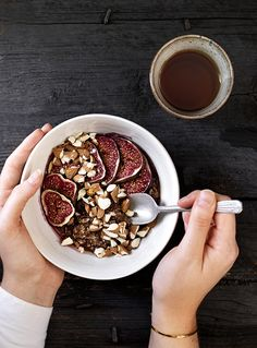 Der er intet bedre end morgenmad, der er kræset lidt ekstra om. Den bagte havregrød skal bruge lidt tid i ovnen, men kræver stort set intet af dig - og så er den fyldt med gode, mættende sager og varme krydderier. Ren hverdagslykke!