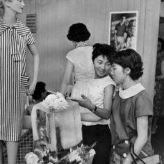 1958年(昭和33年)の日本といえば高度経済成長の真っただ中。海外の文化も次々と受け入れられ、それまでの文化と融合し日本ならではの文化が生まれてきました。流行ファッションとしてはニュー・ルックやサックドレス、オードリー・ヘップバーンを意識…