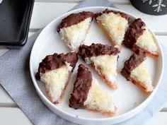 Kokosecken mit Schokoglasur - Ich muss backen Healthy Snacks To Buy, Healthy Sweet Treats, Easy Snacks, Easy Desserts, Easy Baking For Kids, Baking Recipes For Kids, Snack Recipes, Dessert Recipes, Dessert Simple