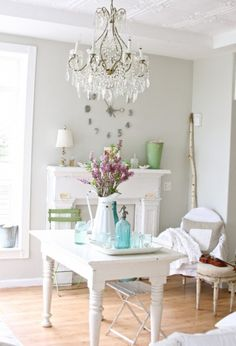 Helles Esszimmer mit Kamin und Farbtupfern