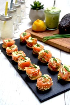 Small smoked trout and avocado rolls - Aperitif - Appetizer Recipes Mini Appetizers, Appetizer Recipes, Mini Aperitivos, Avocado Roll, Smoked Trout, Smoked Salmon, Fresh Chives, Fish And Seafood, Coffee Break