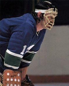 Hockey Logos, Women's Hockey, Hockey Games, Nhl, Goalie Mask, Wayne Gretzky, Vancouver Canucks, Masks, Drawing Ideas