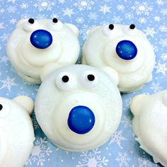 Polar Bear Cookies are a frozen fun winter-themed kids treat or holiday party dessert! Easy chocolate dipped recipe to make with kids of all ages. Chocolate Dip Recipe, Chocolate Oreo Cake, Chocolate Dipped, Melting Chocolate, Turtle Cheesecake Recipes, Oreo Cookie Recipes, Oreo Truffles Recipe, Christmas Desserts, Holiday Treats