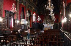 Rotes Kircheninterieur Bastia