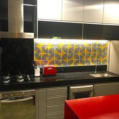 Painel Cenoura |cinza e amarelo  | no projeto do Studio AZ @studio_az 👏🏽😍 VIVA A SUA PAIXÃO!!! #art #arte #azulejo #azulejos #azulejaria #azulejosdecorados #arquitetura #jhenrique #jhenriqueazulejaria #homestyle #tile #tiles #revestimento #revestimentos #design #decoração #designbrasileiro #cerâmica #painel #paineldeazulejos #wall #Brasília #interior #instazulejo #nostalgia #memoriaafetiva #vivaasuapaixão