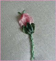Silk Ribbon Embroidery: Tutorial - Rosebuds Types Of Embroidery, Learn Embroidery, Embroidery Patterns, Modern Embroidery, Ribbon Embroidery Tutorial, Silk Ribbon Embroidery, Embroidery Thread, Eyeliner Embroidery, Shirt Embroidery