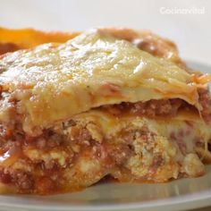 Prepare this classic Italian dish with this practical, completely homemade traditional Lasagna recipe, perfect for pampering the family! Tasty Videos, Food Videos, Mexican Food Recipes, Italian Recipes, Kitchen Recipes, Cooking Recipes, Easy Dinner Recipes, Easy Meals, Traditional Lasagna
