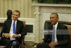 US President Barack Obama (R) meets with King Felipe VI of Spain during a bilateral meeting in the Oval Office at the White House September 15, 2015 in Washington, DC. King Felipe VI and Queen Letizia are visiting Washington in an effort to reinforce the American-Spanish relationship.