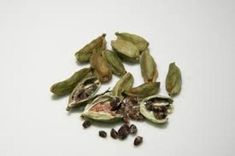 You will find cardamom in every kitchen. It is used to enhance the taste of food. But there are many health related problems which can also be prevented by cardamom. Easy Weight Loss Tips, How To Lose Weight Fast, Digestion Difficile, Cardamom Essential Oil, Essential Oils, La Constipation, Chai Recipe, Gastro, Cardamom Powder