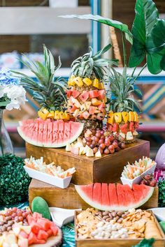 Tropical Food Pedestal from an Island Tropical Birthday Party Flamingo Party, Flamingo Birthday, Luau Birthday, Flamingo Cake, Birthday Celebration, Hawaiian Birthday Parties, 16 Birthday Ideas, Birthday Traditions, Moana Birthday