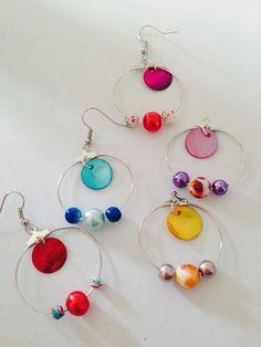 Boucle d'oreille THEMIS  Créole diam 30 mm 3 perles (8 mm et 6mm) 1 sequin diam 13 mm  Couleur disponible : Rouge, rose, jaune, bleu, rouge/bleu  tige et crochet : sans nickel 4€