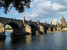 Prag, Çek Cumhuriyetinin başkenti ve en güzel şehridir. Büyük oranda korunmuş şehre adım attığınız andan itibaren kendinizi Orta çağa ışınlanmış gibi hissediyorsunuz. Gotik mimarinin egemen olduğu …