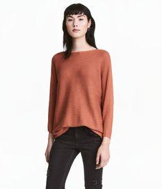 Rust. Ribstrikket trøje i blød kvalitet med indvævet uld. Er lige skåret med forholdsvis vid halsudringning. Trekvartlange ærmer.