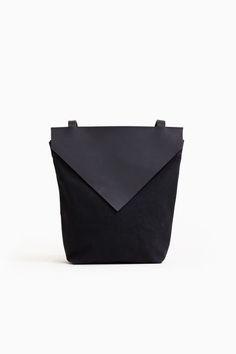 Chic black minimalist bag, minimal fashion accessories // Chiyome