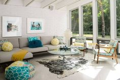 Designed by Jacki Mallick Designs, this colorful midcentury modern home is situated in Lantana, Florida, United States. Retro Living Rooms, Living Room Designs, Living Room Decor, Living Spaces, Residential Interior Design, Interior Architecture, Modern Retro, Midcentury Modern, Beautiful Living Rooms