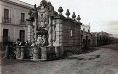 Fuente del Salto del Agua y Acueducto. Hoy avenida Chapultepec. Actualmente la fuente es una réplica, la original se encuentra en el Museo del Virreinato en Tepetzotlan. finales del siglo XIX
