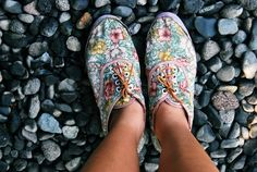 A pair of flower shoe.