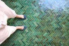 herringbone pattern, green variety to feel old dusche fliesen Bathroom Floor Tiles, Kitchen Tiles, Kitchen Flooring, Tile Floor, Bathroom Green, Morrocan Bathroom, Tile Bathrooms, Ceramic Flooring, Modern Flooring