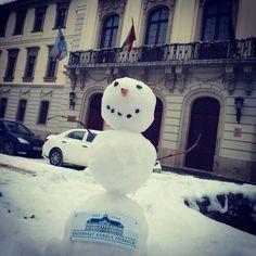 Ő az EKF hivatalos hóembere. Segítsetek Neki, mert még nincs neve. A javaslatokat kommentben várjuk.  Fogadóórát a Líceum udvarán, 0 fok alatt tart.  #ekf #ekfajodontes #szeretlekf #lovekf