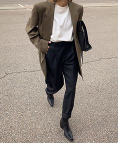 Minimalist street style is everywhere right now and it's easy to see why thanks to the humble blazer [. Look Fashion, Winter Fashion, Fashion Outfits, Womens Fashion, Fashion Trends, 70s Fashion, Fashion 2020, Korean Fashion, Classic Outfits