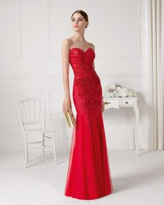 Vestido com brilhantes e transparência. Disponível em bege, prateado e vermelho.