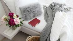 Ciepłe kocyki i kudłate poduszki – pomysły na przytulny wystrój pokoju