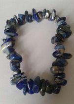 Blaues Armband aus Steinen