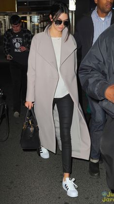kendall jenner in adidas superstar Kendall Jenner Style, Kendall Jenner Outfits Casual, Casual Outfits, Kendall Jenner Adidas, Adidas Superstar Outfit, Adidas Outfit, Adidas Sneakers, Celebrity Sneakers, Winter Stil