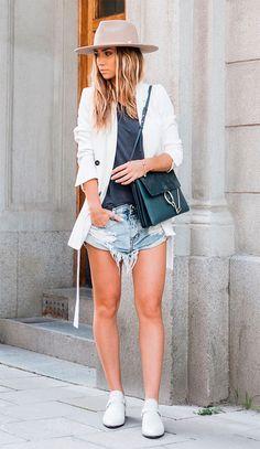 Street style look com chapéu e short jeans.