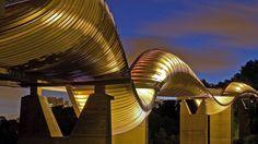 Ponte ondulada é atração em parques de Cingapura