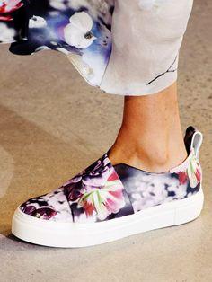 Gemusterte Slip-ons wie zum Beispiel bei Calvin Klein sind die perfekten Sneaker für den Sommer.