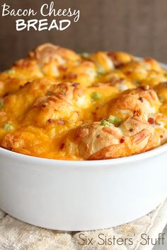 Looking for a delicious side dish that everyone will love? This Bacon Cheesy Bread is so good and so easy to make! And if you have kids who don't like green onions, just put them on half of the cheesy bread! Bagels, Croissants, Quiches, Bread Recipes, Cooking Recipes, Dishes Recipes, Budget Recipes, Donut Recipes, Potato Recipes