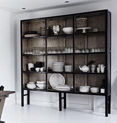 Et slikt skap/hyllereol vil jeg ha på hytta. Har ikke peiling på hvor ei slik hylle er å få kjøpt. Kitchen Interior, Kitchen Design, Kitchen Decor, Kitchen Storage, Interior Styling, Interior Design, Deco Design, Cuisines Design, Interior Inspiration